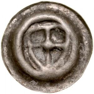 Brakteat guziczkowy, Av.: Tarcza krzyżacka, centralnie duża kula.