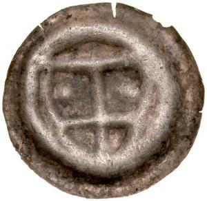 Brakteat guziczkowy, Av.: Tarcza krzyżacka, w jej wnętrzu dwie duże kule.