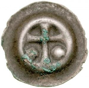 Brakteat guziczkowy, Av.: Krzyż łaciński, po bokach dwie duże kule.