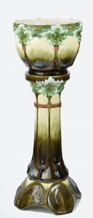 Donica z winoroślami na postumencie