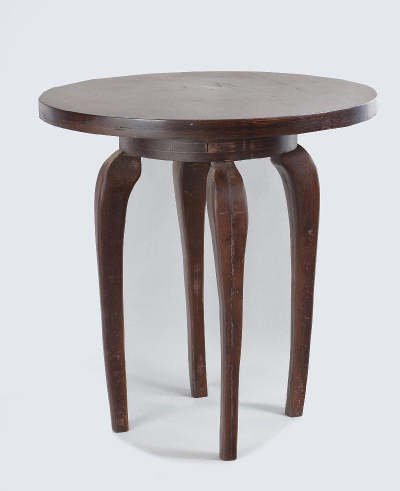 Stolik okrągły na wygiętych nogach