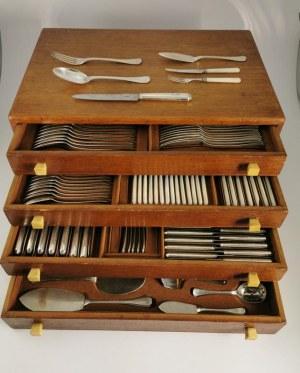 firma Puiforcat (okres działalności Jean Puiforcata), Komplet sztućców na 15 osób i środka stołu w kantynie art deco (215 sztuk)