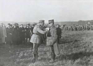 Herni Manuel (1874 Paryż –1947 Neuilly-sur-Seine), Marszałek Józef Piłsudski dekoruje Krzyżem Virtuti Militari Marszałka Francji Ferdinanda Focha, 1921 r.