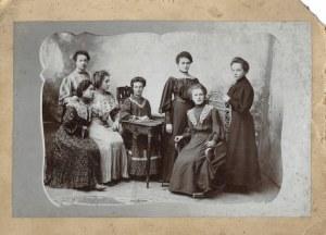 [FOTOGRAFIA - grupa panien z Sambora - fotografia zbiorowa]. 1905. Fotografia form. 12,8x19,9 cm na oryg...
