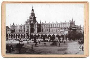 [Sukiennice]. [nie przed 1896, nie po 1898/pocz. XX w.]. Fotografia form. 9,5x14,7 cm