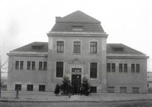 [Budynek Miejskiego Zakładu Kąpieli Ludowych - fotografia sytuacyjna i widokowa]. [nie przed 1912]. Klisza szklana form...