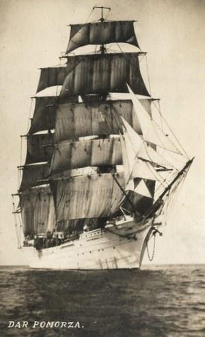 [MARYNARKA - Dar Pomorza - fotografia sytuacyjna]. [l. 30. XX w.]. Fotografia form. 13,5x8,3 cm...