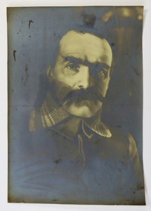 [PIŁSUDSKI Józef - fotografia portretowa]. [XII 1914?]. Fotografia form. 37,5x26,2 cm, autorstwa ...