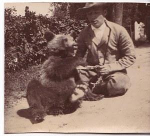 Przedwojenna fotografia Karol Radziwiłł z niedźwiadkiem, Nieśwież