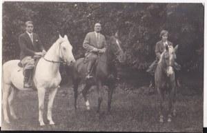 Przedwojenna fotografia portret konny Leon Władysław Radziwiłł(w środku) z synem i córką Antoniego Albrechta Wilhelma Radziwiłła, Nieśwież