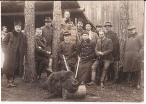 Przedwojenna fotografia myśliwców, pierwszy na środku na górze: Olgierd Świda, pod nim siedzący - Michał Świda, siedzący najdalej po prawej Bronisław Hłasko Dobra nieświeskie