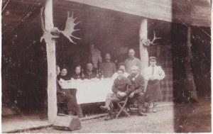Przedwojenna fotografia przy stole w kwaterze myśliwskiej, nowogródzkie