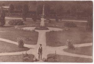 Przedwojenna fotografia: Różampol -widok z dworu w park