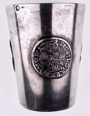 Srebrny kieliszek do wódki z monetami polskimi XVI/XVII w.