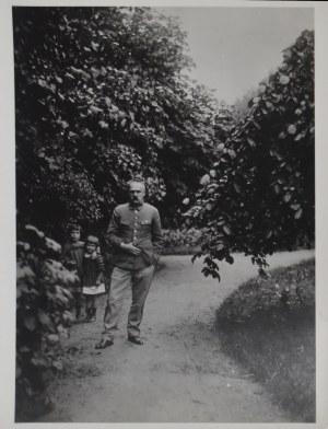 Józef Piłsudski, W ogrodzie z córkami