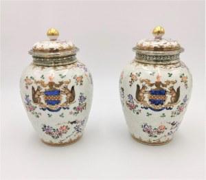 EDME SAMSON, Para wazek z pokrywami, z dekoracją emaliową, kwiatową i herbami, w typie chińskiej porcelany eksportowej (Armorial Style)