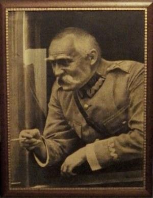 [PIŁSUDSKIJ.]. Wielkoformatowa fotografia przedstawiająca Józefa Piłsudskiego w oknie wagonu, w mundurze marszałkowskim...