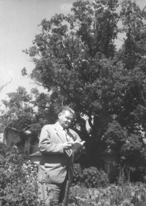 HERMANOWICZ Henryk - [Władysław Broniewski - fotografia sytuacyjna]. [l. 50. XX w.]. Fotografia form. 17,6x12,...