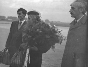 [JOLIOT-CURIEIrène - na warszawskim lotnisku - fotografia sytuacyjna]. X 1954. Fotografia form. ca 18,...