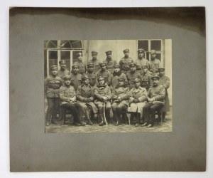 [WOJSKO Polskie - Szpital Zapasowy No 8 w Krakowie - fotografia zbiorowa]. 30 III 1920. Fotografia portretowa form....
