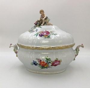 BERLIN, Królewska Manufaktura Porcelany (KPM), Waza serwisowa z pokrywą, z relifem Neuozier i dekoracją kwiatową
