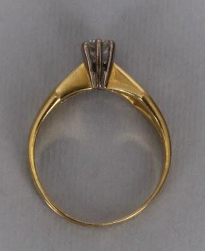 Pierścionek soliter z brylantem 2 poł. XX wieku żółte złoto pr. 750/1000