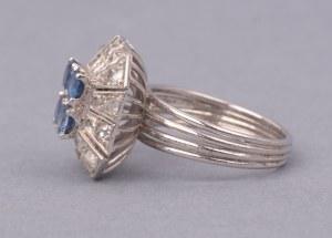 Pierścionek w stylu art deco z szafirami i diamentami XX w. biały metal nieszlachetny