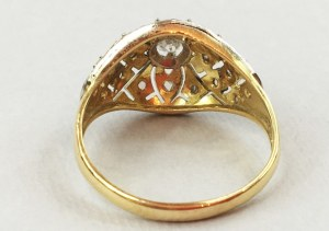 Pierścionek z leukoszafirem poł. XX w. złoto pr. 585/1000