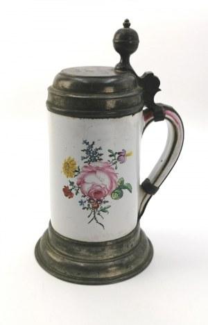 Kufel z dekoracją kwiatową, w oprawie cynowej