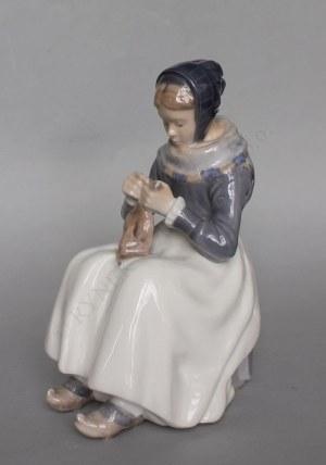 Figurka-Szyjąca dziewczyna (Dania, Kopenhaga, III ćw.XX w.)