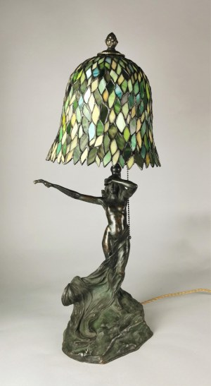 Lampa na biurko, elektryczna, z witrażowym kloszem, w typie lamp Louisa Tiffany'ego