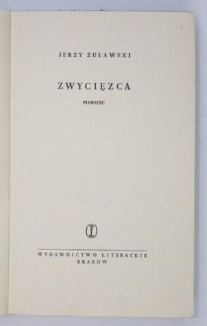 ŻUŁAWSKI Jerzy - Zwycięzca. Okładkę projektował Daniel Mróz.