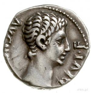 denar ok. 15-13 pne, Lugdunum; Aw: Głowa Augusta w praw...