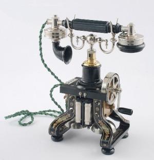 Telefon szkieletowy, ze słuchawką na widełkach