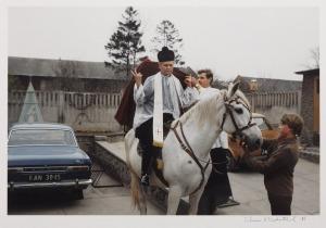 Chris Niedenthal (Ur. 1950), Ksiądz na koniu, 1985