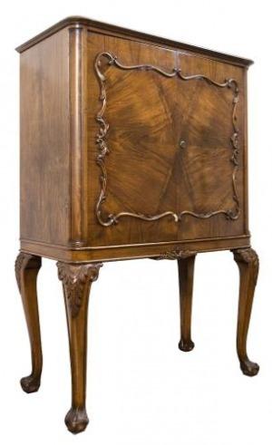 Barek w stylu Jerzego I (A George I-style mahogany coctail cabinet)