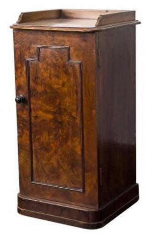 Szafka nocna (A Victorian walnut bedside table)