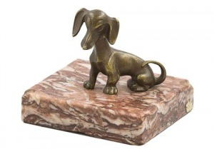 Przycisk do papieru  (A patinated bronze and rouge marble paperweight modelled as a dachshund)