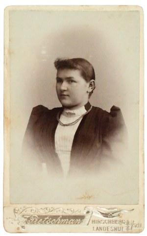 JELENIA GÓRA, LUBAWKA, KAMIENNA GÓRA. Portret mlodej kobiety; fot. w ...
