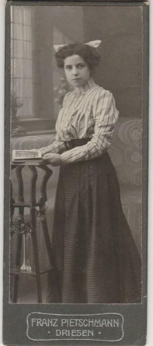 DREZDENKO. Portret kobiety; fot. wykonana w atelier F. Pietschmanna, D ...