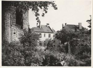 GUBIN. Fotografia przedstawia fragment murów obronnych, wykon. T. Zal ...
