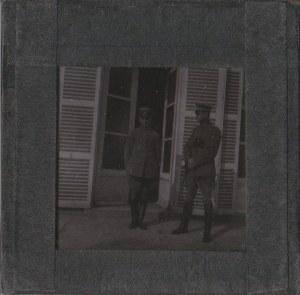 SKWIERZYNA. Szklany diapozytyw przedstawiający zdjęcie dwóch oficer ...
