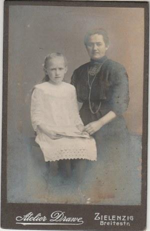 SULĘCIN. Portret kobiety z dziewczyną; fot. wykonana w atelier Drane ...