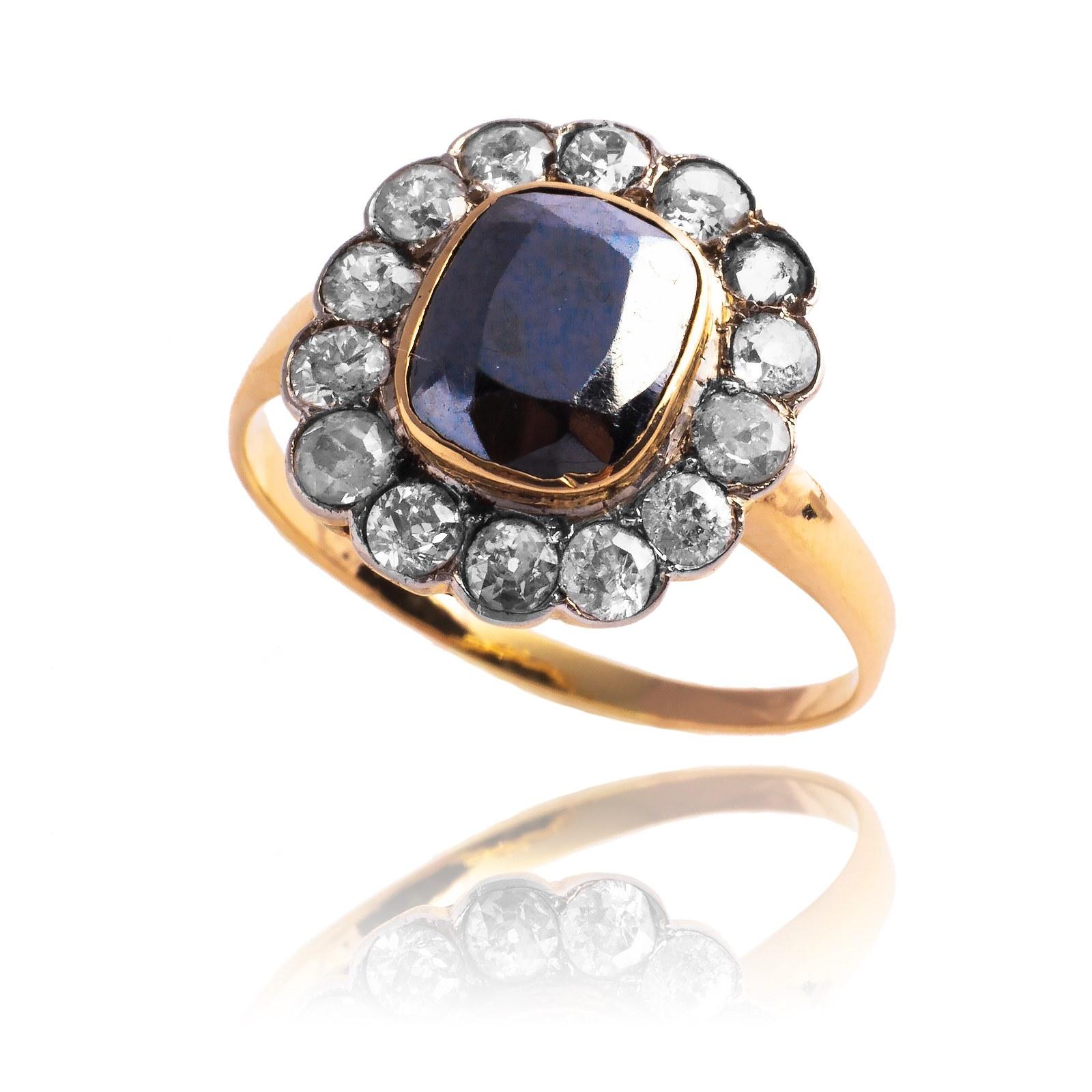Dawny pierścionek z hematytem oraz brylantami
