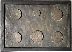 Pudełko z wizerunkami monet II RP na pokrywie