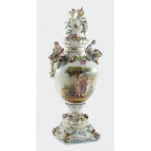 Sächsische Porzellanfabrik zu Potschappel von Carl Thieme (zał. 1872), Wazon dekoracyjny z herbami Rzeczpospolitej Obojga Narodów na zwieńczeniu pokrywy