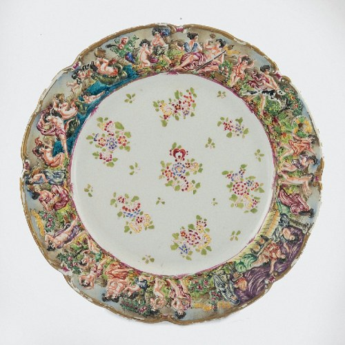 Porzellanmanufaktur Ernst Bohne Söhne w Rudolstadt-Volkstedt, Talerz ze scenami bachanaliów i kwiatową dekoracją w stylu dalekowschodnim