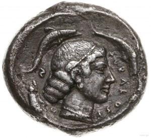tetradrachma, ok. 450 pne; Aw: Kwadryga w prawo, powyże...