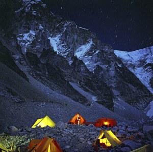 Mirosław Wiśniewski (ur. 1936), Obóz bazowy pod Mount Everestem nocą (narodowa wyprawa na Lhotse), 1974/2018