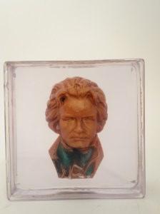 Luksfer z zatopionym popiersiem Ludwika van Beethovena